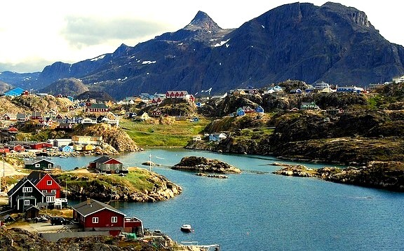 by _Zinni_ on Flickr.The town of Sisimiut in southwestern Greenland.