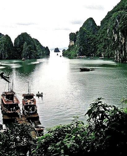 Cloudy day in Ha Long Bay / Vietnam